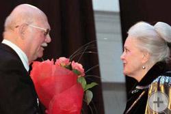 Цветы несравненной Элине Быстрицкой преподносит князь Г.Г.Гагарин