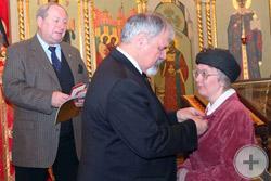 С.В.Думин вручает Аннинскую медаль Е.В. Веселовой