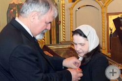 С.В.Думин вручает Аннинскую медаль Т.В. Касимовской