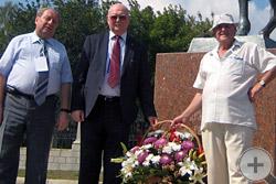 Цветы к памятнику кавалерист-девицы Дуровой