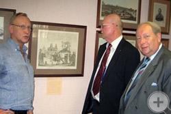 Е.А.Богатырев знакомит с экспозицией выставки