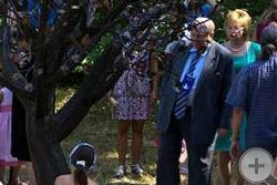 А.Ю.Королев-Перелешин с супругой (справа) у Дерева потомков