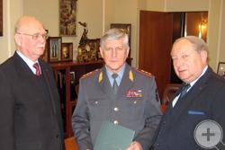 Князь Г.Г.Гагарин и А.Ю.Королев-Перелешин вручают Благодарственное письмо В.В.Гордиенко
