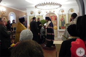 А.Е.Шкляев подносит цветы Владыке Марку
