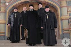 На парадном крыльце Свято-Троицкого собора Ипатьевского монастыря