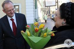 В.А.Москвин встречает и приветствует весенними тюльпанами Главу Дома Романовых