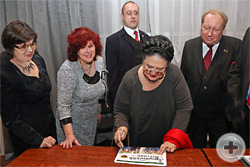 Великая Княгиня Мария Владимировна ставит автограф на экземпляр газеты «Дворянский вестник»