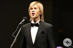 Поёт Александр Бичёв (тенор)