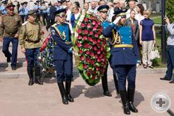 Солдаты почётного караула готовятся возложить венки