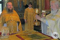 Протоиерей Михаил и иеромонах Никон в алтаре храма во время Божественной литургии