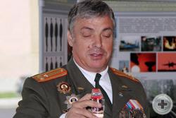 Ветеран, кавалер орденов Мужества и «За военные заслуги» полковник запаса С.М.Старостин традиционно обмывает медаль