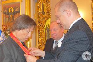 А.Н.Закатов возлагает на В.В.Лебедева знак Императорского Ордена святой Анны II степени
