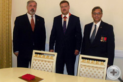 С.В.Думин и В.А.Дворянков с К.И.Косачёвым после вручения ему ордена