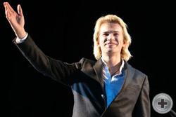 Александр Бичёв приветствует зал