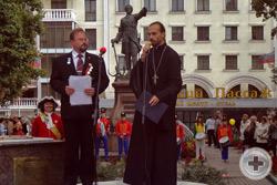Священник Алексей Иванников зачитывает обращение Святейшего Патриарха