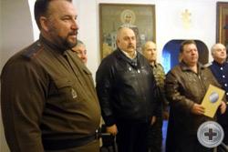 Ю.Ю.Лукин и С.М.Чесноков вручают награду Российского Императорского Дома  В.А.Пинчуку