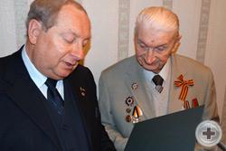 А.Ю.Королев-Перелешин зачитывает юбилейное Благодарственное письмо Г.А.Катину от РДС