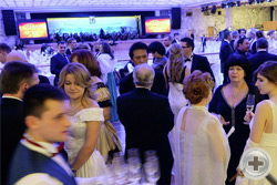Перед началом бала гостей угощают шампанским