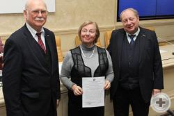 Вручение Благодарственного письма директору Департамента социально-экономических программ РДС Л.В.Скульской