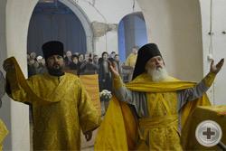 Духовник монастыря игумен Петр (Пиголь) возносит молитву в алтаре храма