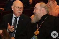 Перед началом концерта: князь Г.Г.Гагарин беседует с митрополитом Ставропольским и Невинномысским Кириллом