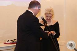 А.Н.Закатов вручает Н.Г.Корзун медаль «Юбилей Всенародного Подвига. 1613-2013»