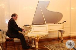 За фортепьяно выдающийся пианист Юрий Розум