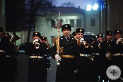 Русский Имперский духовой оркестр встречает прибывающих гостей уже на улице