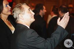 Зам.директора Департамента Африки МИД России В.Н.Федотов демонстрирует  великолепный декор особняка