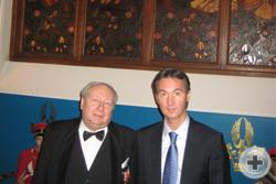А.Ю.Королев-Перелешин и  А.А. фон Варденбург на фоне витража М.Врубеля «Рыцарь»