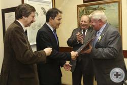 Г.Э.Никифоров вручает Министру-Советнику Посольства Бразилии Мигелю де Перейра Франко памятный знак Транспортной полиции