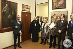 И.Г.Машков демонстрирует присутствующим выставку