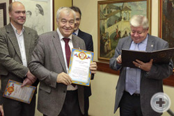 Вручение Почётной грамоты фотохудожнику В.Д.Коневу