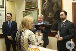 Вручение Почётной грамоты художнице Н.В.Остольской