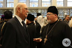 Предводитель РДС князь Г.Г.Гагарин беседует с представителем челябинской епархии