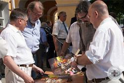 На память об открытии Романовской доски соратники РМпД раздали юбилейные календари в память юбилея Династии