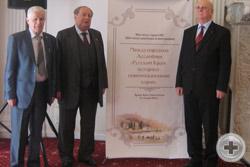 Члены делегации РДС (слева-направо) А.П.Нахимов, А.Ю.Королев-Перелешин, князь Г.Г.Гагарин у банера Международной Ассамблеи