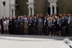 Участники Международной Ассамблеи у входа в Белый зал Ливадийского дворца