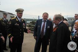 Командир флагмана Черноморского флота гвардейского ракетного крейсера «Москва» капитан 1 ранга С.И.Тронев приветствует делегацию РДС