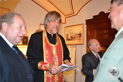Члены делегации РДС знакомятся с настоятелем Владимирского собора – усыпальницы протоиереем Алексием Тупиковым