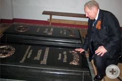 А.Ю.Королев-Перелешин у могилы адмирала П.А.Перелешина