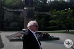 Князь А.А.Долгорукий на фоне памятника Императрице Екатерине Великой