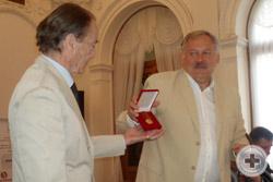 К.Ф.Затулин вручает графу П.П.Шереметеву медаль за личный вклад в возвращение Крыма России