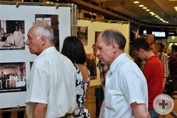 Посетители с интересом знакомятся с выставкой