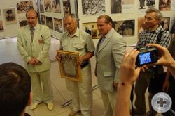 Вручение Благодарственного письма краеведу и журналисту Владимиру Елецких