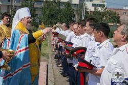 Митрополит Пантелеимон окропляет офицеров Енисейского казачьего войска