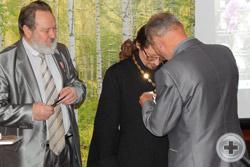 В.П.Андроников возлагает Императорскую медаль на отца Романа Манилова