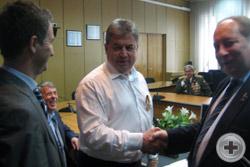 О.В.Щербачев и А.Ю.Королев-Перелешин поздравляют Г.Е.Емельянова с наградой
