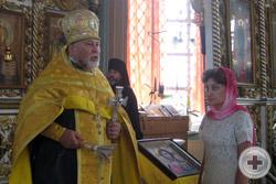Протоиерей Сергий Лепихин готовится окропить участников молебна святой водой