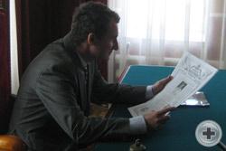 В кабинете протоиерея Сергия Лепихина Предводитель РДС О.В.Щербачев знакомится с последним номером газеты «Дворянский вестник Прикамского края»